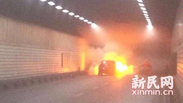 延安东路隧道一轿车自燃 现场浓烟滚滚