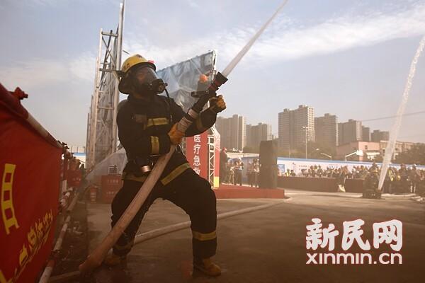 闸北消防演习模拟工地脚手架起火 全员配合迅速灭火