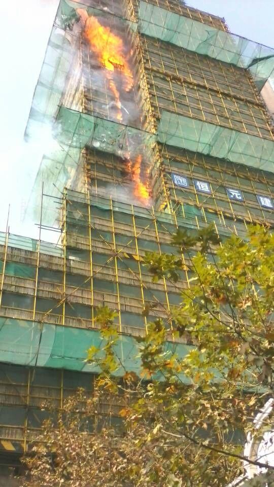图片说明:四川北路一在建大楼起火.高清图片