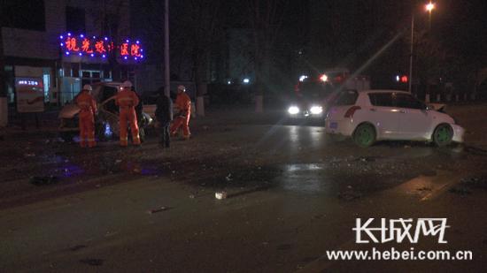 车祸现场.通讯员 供图-半夜酒驾逆行撞车消防10分钟急救援
