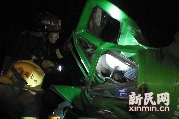 集卡追尾紧急停车道上车辆 致司机死亡