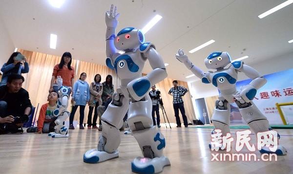 做操、踢球 仿人机器人现身交大校运会