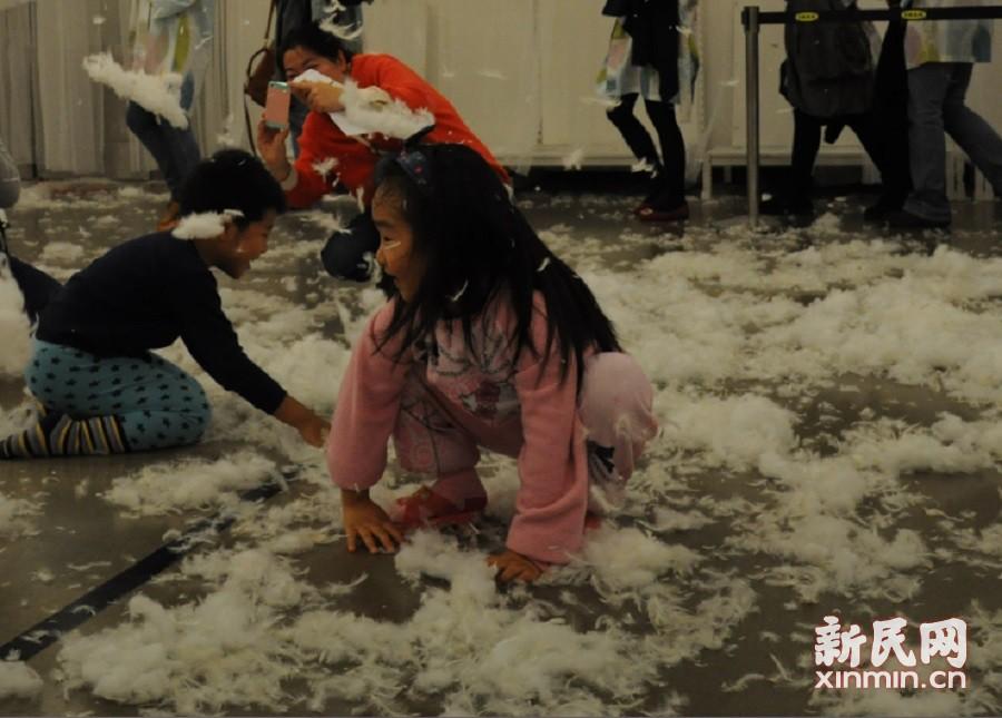现场还设有儿童大战专区,小孩也能享受派对。新民晚报新民网 卞英豪 摄