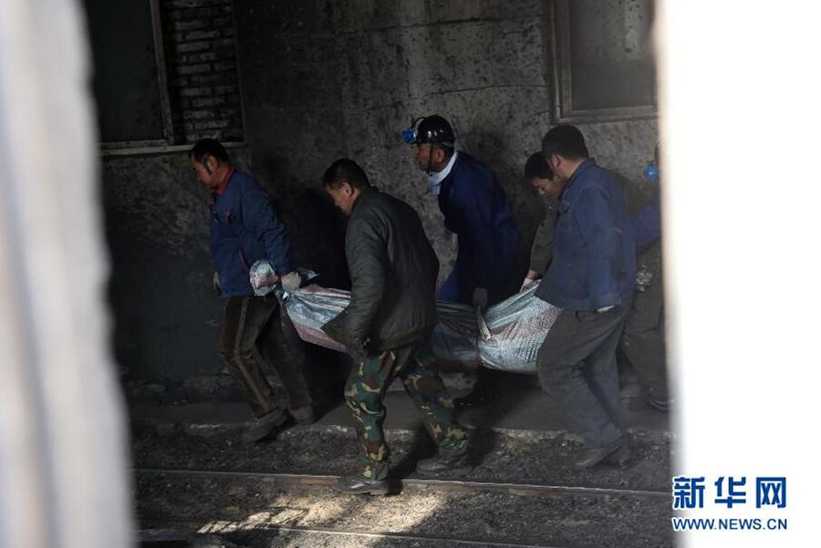 事故造成区域作业的89名矿工中24人死亡,52人受伤。目前事故抢险救援工作已全部结束,伤者已送至医院救治。图为11月26日,工作人员在搬运遇难者遗体。新华社发