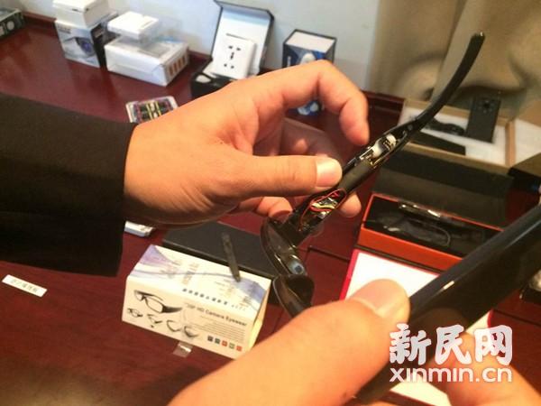 2015国考前上海警方缴获大量作弊神器