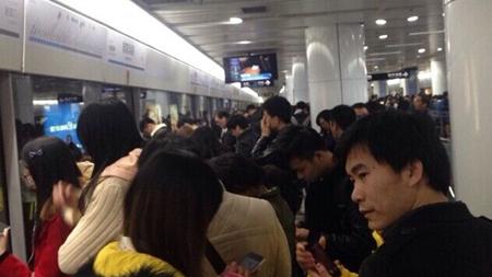 8号线晚高峰突发故障 乘客:坏一小时太任性