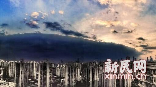 """沪清早披盖""""被子云"""" 系因两方云层积聚"""