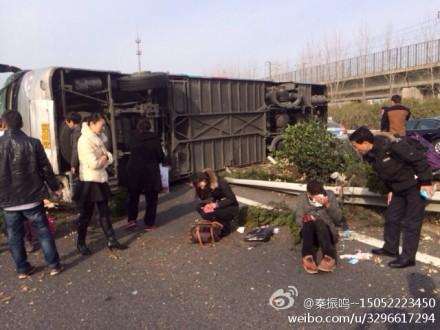 大巴侧翻沪宁高速隔离带 有人员受伤