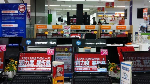 """实体店迎岁末促销战  商家重金炒""""双12"""""""