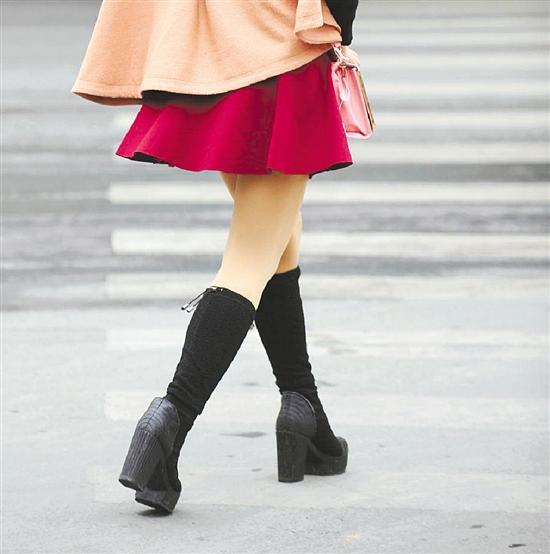 长腿美女天天短裙丝袜 冷风一吹大腿又红又痒