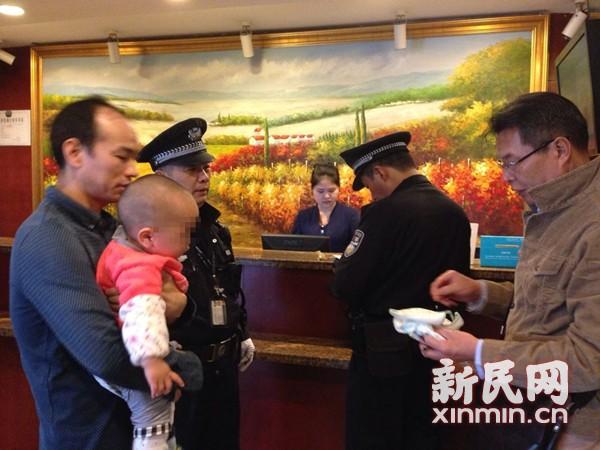 沪男婴遭弃火车站旁酒店 嗜赌生父失联