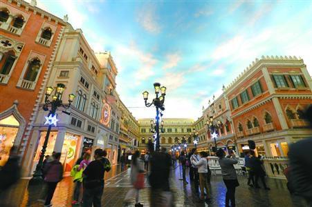 游客在澳门威尼斯人购物中心内的欧式建筑群