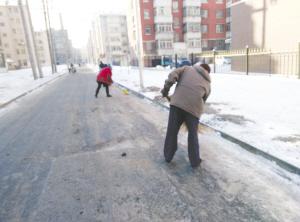 位居民在永丰街扫雪.记者 张烨妍 摄-鞍山 社区发愁 连着降雪找谁扫图片
