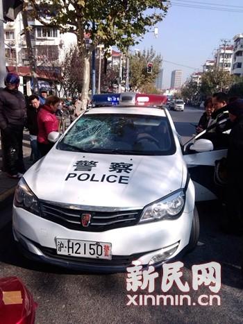 嘉定一男子砖砸警车 只因不如意