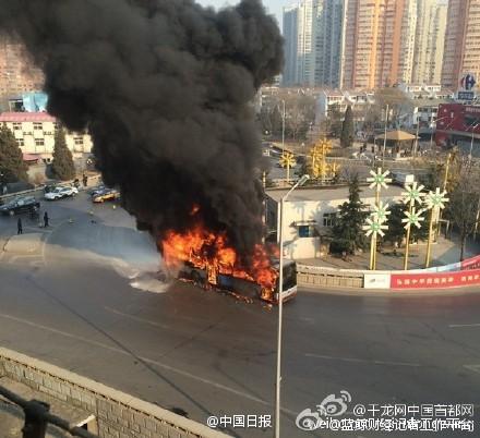 北京一公交起火浓烟滚滚 幸无人员伤亡