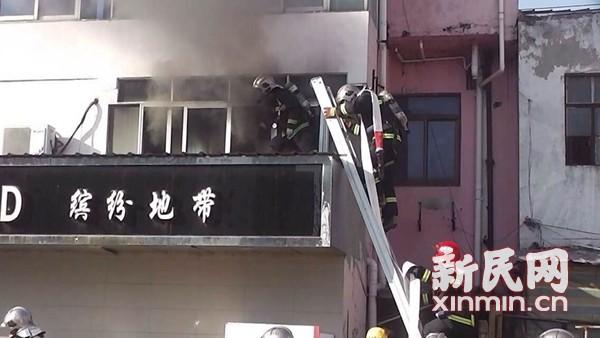金山一服装店起火 消防员成功疏散3人