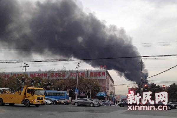 沪太路一工厂突发火灾  黑烟5公里可见
