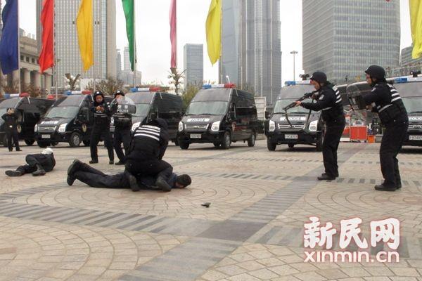 警方特种机动队现浦东街头 配备防暴枪