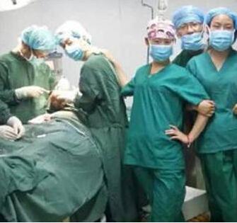 医生手术台自拍照备受争议,副院长等3人被免职,咋看?