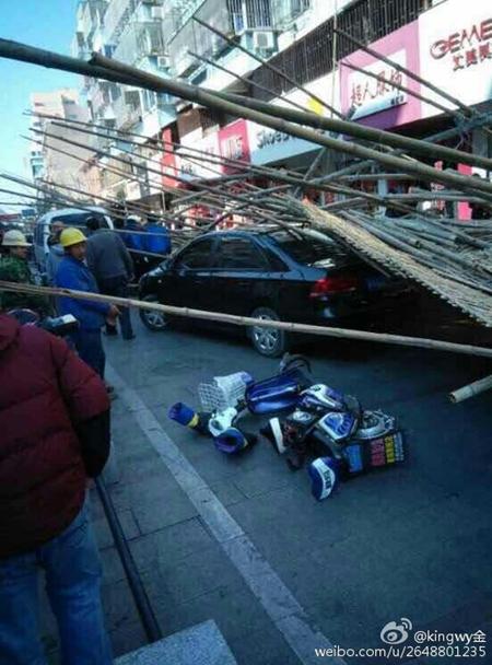 浦东一沿街脚手架坍塌 车辆被压3行人受伤