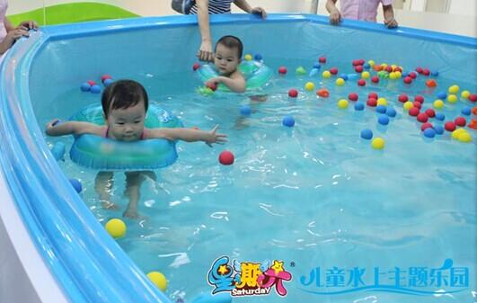 到星期六儿童水上乐园游泳