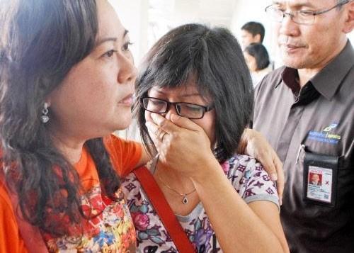 亚航失联客机家属痛哭:我有7名亲人在机上