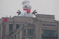 啊啊啊萌坏了!5层楼高巨型雪人爬上了外滩楼顶!