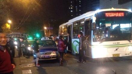 无法出站 公交司机撞4辆出租车疑赌气