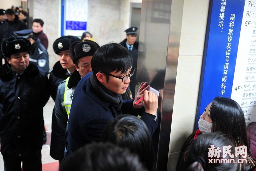 上海全力救治外滩拥挤踩踏事件伤员