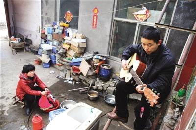 山东枣庄小院琴声飘 4年产4000把吉他卖世界