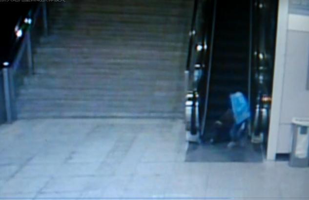 上海地铁10号线男童手指手臂被卡电梯