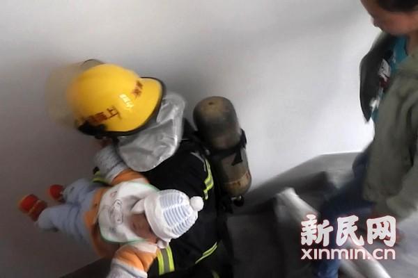 住宅起火 金山消防疏散市民救出婴儿