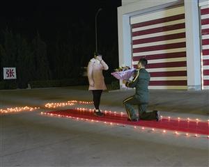 宁波消防员营区内向女友求婚 战友助阵布置现场