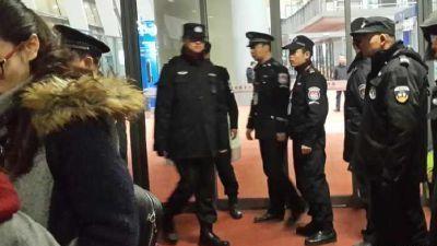 昆明2名乘客打开航班安全门被拘15日