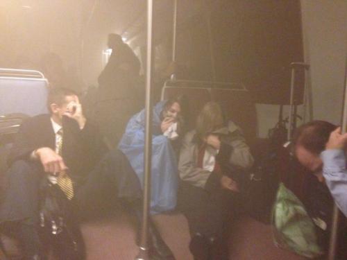 华盛顿地铁站冒浓烟 事故致1死84伤