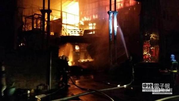 台湾桃园保龄球馆起火 6名消防员殉职