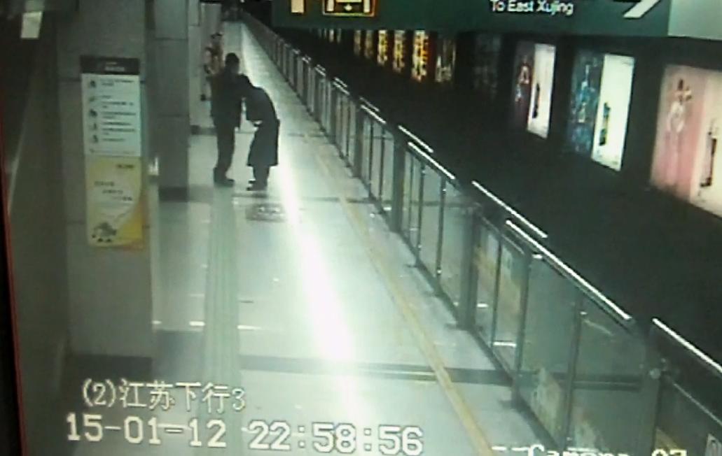 """男子大闹地铁站扬言要""""卸站务员胳膊"""""""