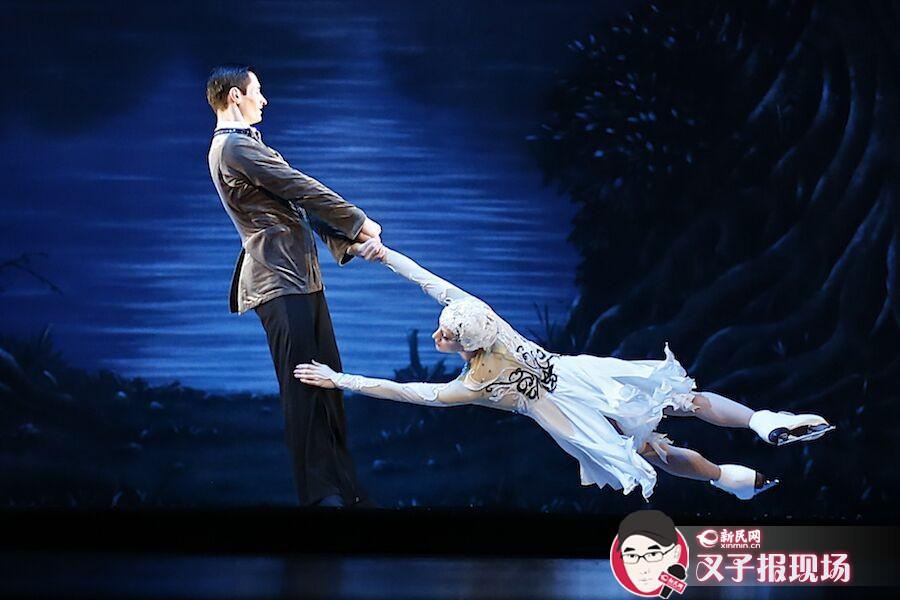 """又一群""""天鹅""""舞进上海文化广场,本次上演的《天鹅湖》为冰上版本。技巧性与速度感并存的魅力舞蹈,引人入胜。新民晚报新民网 萧君玮 摄"""