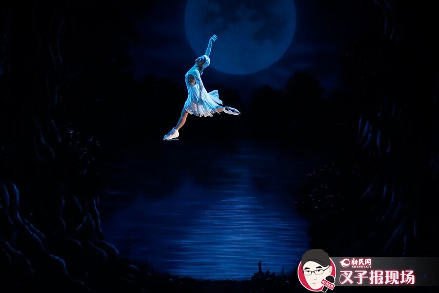 在白天鹅飞舞场景中,演员通过悬挂在细钢索上,完成了飞天,令人折服。新民晚报新民网 萧君玮 摄