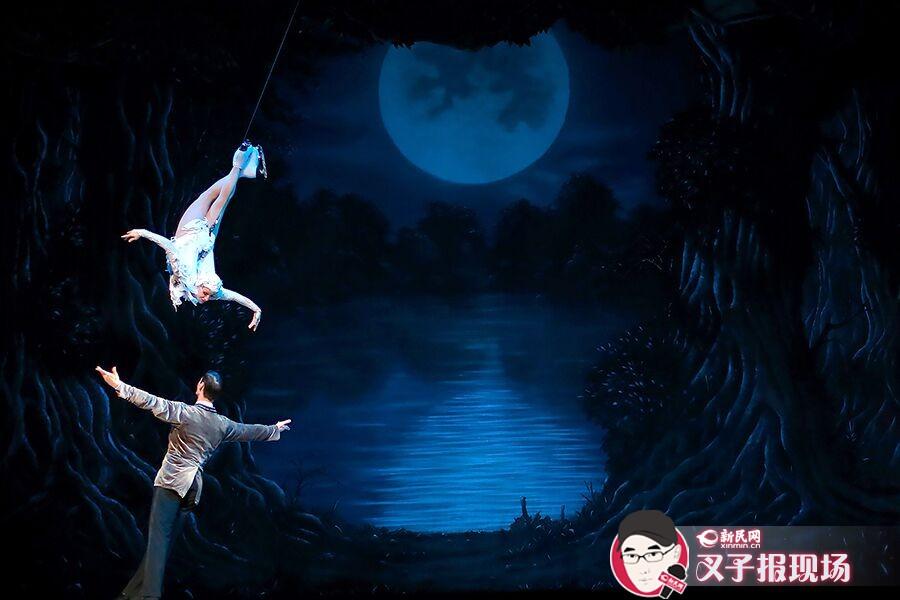 冰上芭蕾舞剧《天鹅湖》和古典《天鹅湖》是两个完全不同的艺术流派。演出方皇室冰上舞团曾介绍,他们就像是一个收藏家,惯于收藏世界最顶级的冰滑表演者,然后通过打造最漂亮的冰上舞蹈来诠释世界经典芭蕾作品。新民晚报新民网 萧君玮 摄