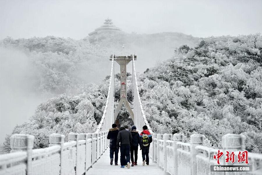 张家界迎2015首场雪!天门山雾凇似童话