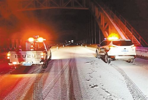 得渝湘高速重庆黔江、酉阳路段   路面   和奉溪高速   路面   均出现积雪高清图片