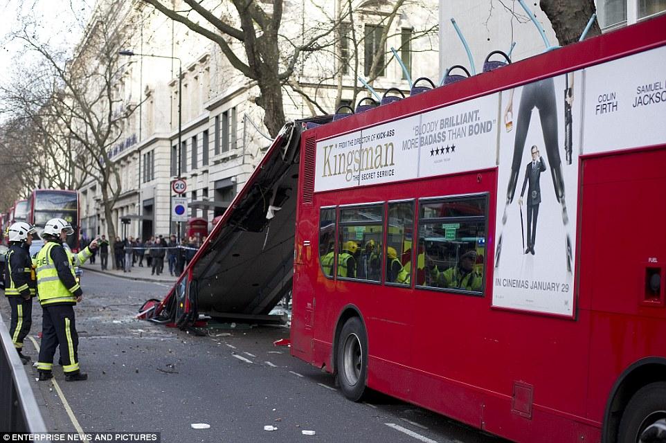 91路双层   公交   在撞上路边一棵悬垂的大树后,被倒下的树高清图片