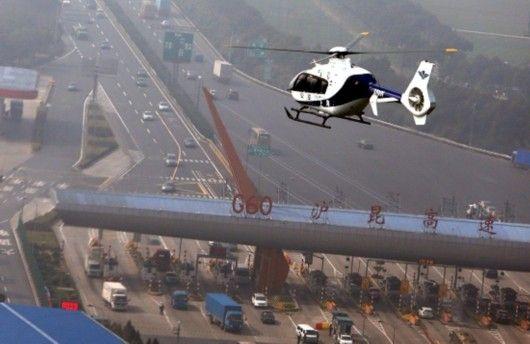 春运警用直升机空中巡逻 严查高速公路上下客