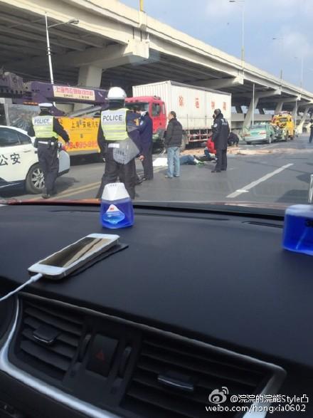 强生出租车与厢式货车相撞 司机乘客两死一伤