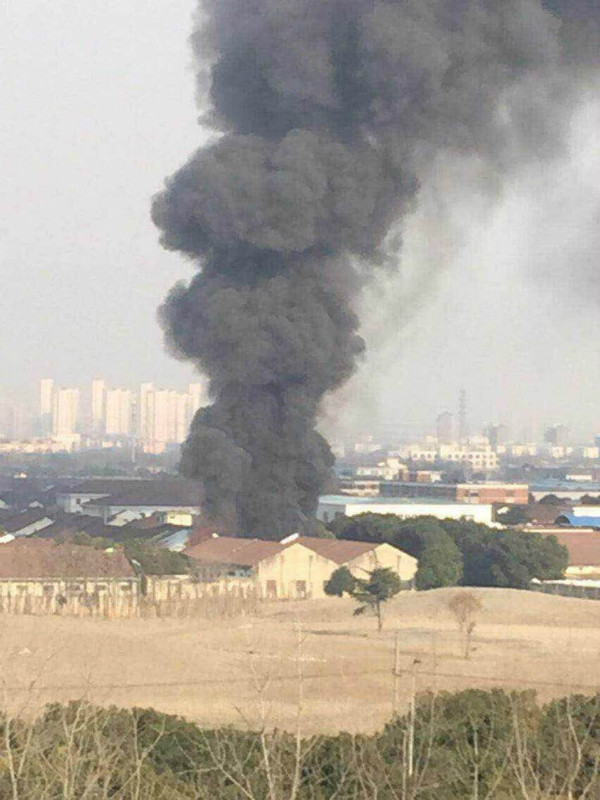 莘朱路300平方米仓库起火 无人员伤亡