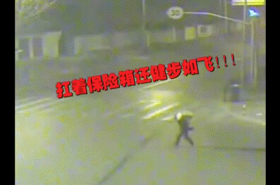 """""""笨贼""""撬锁未果竟百米冲刺撞开超市门"""