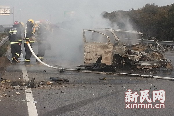 高速公路上轿车失控撞护栏致起火 无伤亡
