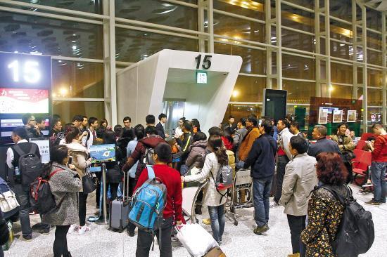 """飞机晚点数小时 69名乘客拒乘""""红眼航班""""滞留深圳"""