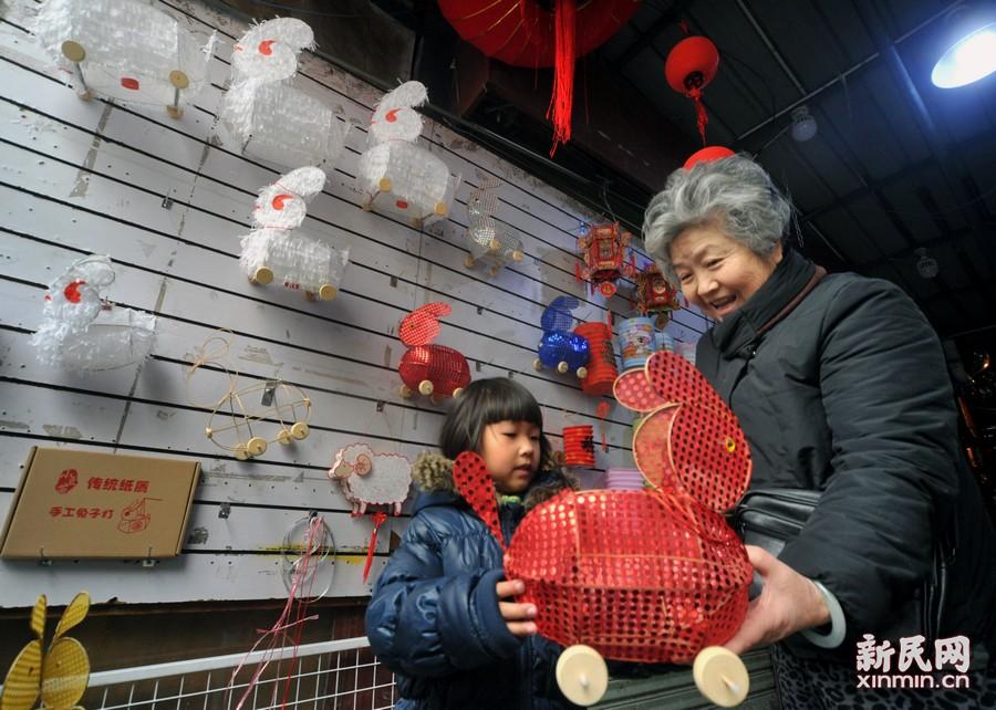 在老上海人的记忆里,元宵节除了吃汤圆,孩子成群结队在弄堂、小区里拉兔子灯也是熟悉的一景。新民晚报杨建正摄
